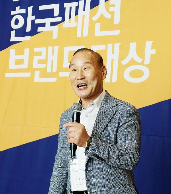 """최병오 회장은 '2020 한국패션브랜드대상' 시상식에서 """"더 큰 상상력과 창의력으로 어려움을 헤쳐 나가자""""고 격려했다."""