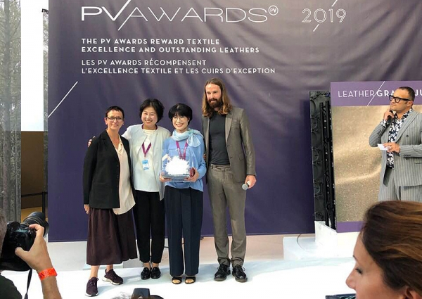 친환경 재생가죽 소재기업 아코플래닝(대표 김지언, 왼쪽 2번째)이 한국 기업 최초로 PV AWARD 대상을 수상했다.